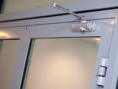 установка доводчика на алюминиевые окна
